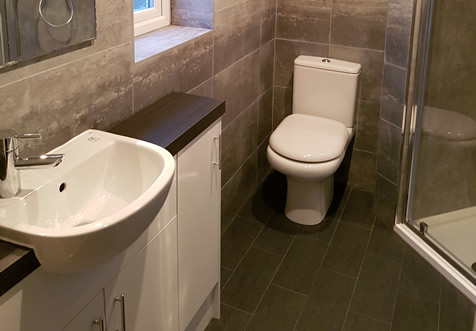 A neat ensuite with water mark tiling